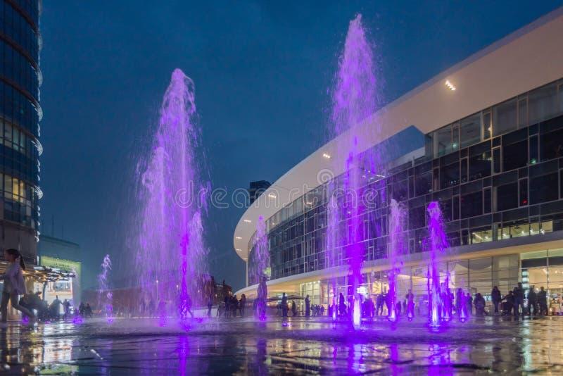 Il geyser artificiale dell'acqua nel quadrato di Gael Aulenti fotografia stock libera da diritti