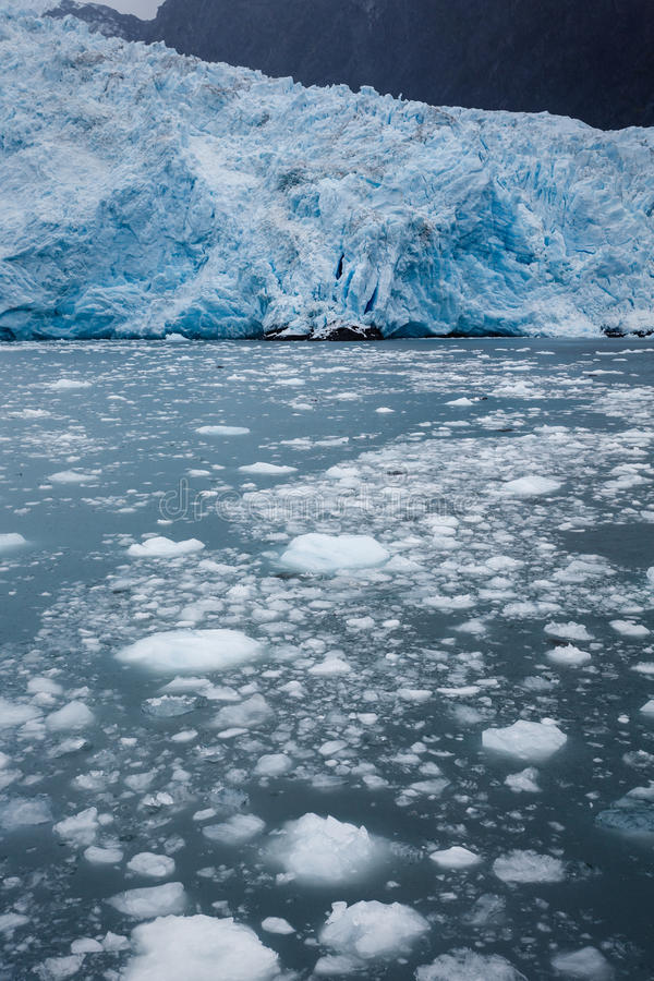 Il ghiacciaio blu ed il parto ghiacciano nelle acque d'Alasca dell'oceano fotografia stock libera da diritti