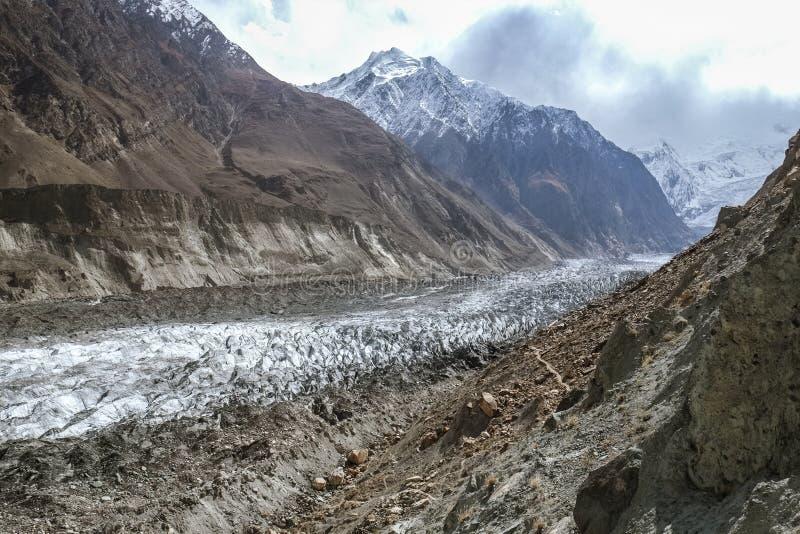Il ghiacciaio di Hopar o il ghiacciaio del saltatore è coperto di macerie, di massi e di fango pakistan fotografia stock libera da diritti