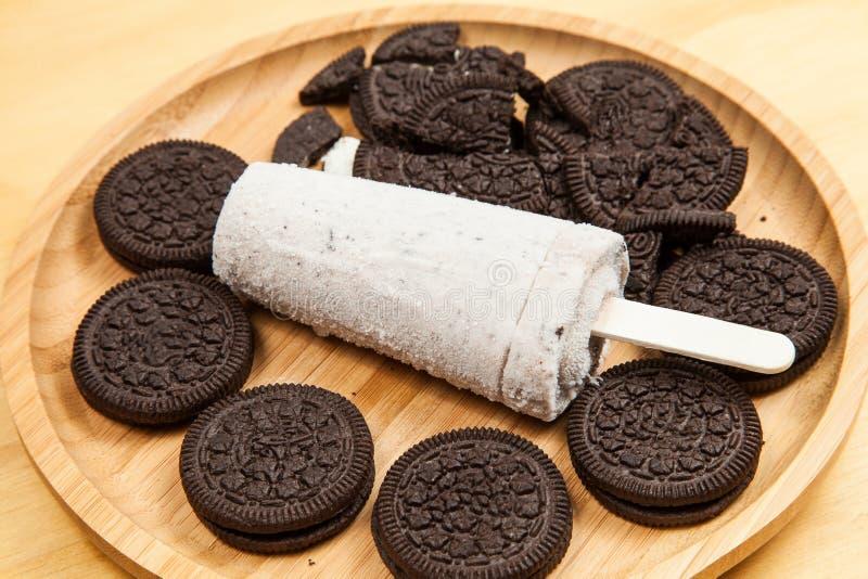 Il ghiacciolo saporito e di rinfresco del gelato - ha condito i biscotti e la crema fotografie stock