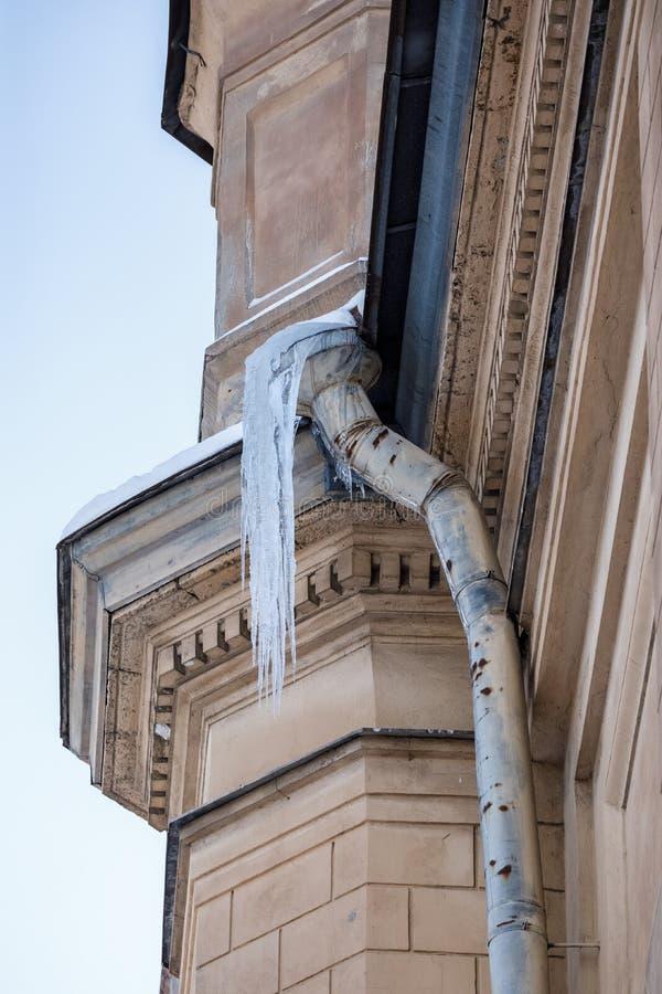 Il ghiacciolo sul tetto del tubo, ghiaccioli pende dal tetto, verticale, stalattite del ghiaccio che pende dal tetto fotografie stock libere da diritti