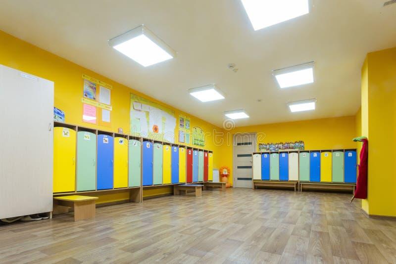 Il giallo ha colorato lo spogliatoio e gli armadi dell'asilo per i bambini fotografia stock