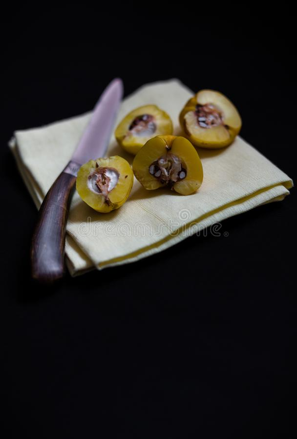 Il giallo strappato ha tagliato i mezzi frutti dei chaenomeles della cotogna su rimorchio del tè fotografia stock