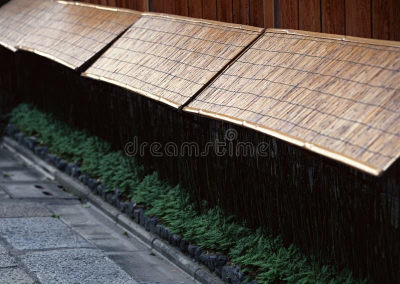 Il giapponese anziano e tradizionale ha continuato il fondo di bambù della parete immagine stock