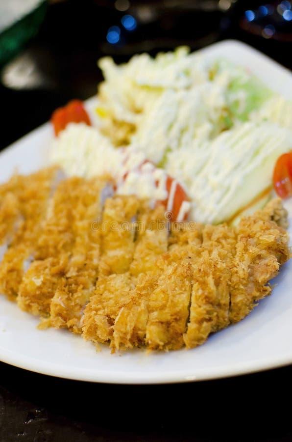 Il giapponese ha impanato la cotoletta fritta nel grasso bollente del porco fotografia stock libera da diritti
