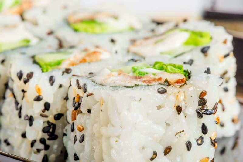 Il giapponese rotola con il primo piano dei semi di sesamo immagine stock