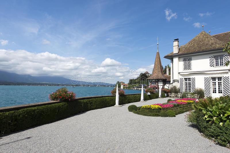 Il giardino del castello di Oberhofen, Svizzera fotografia stock