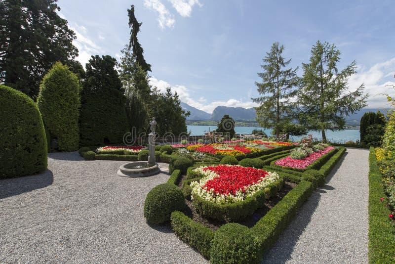 Il giardino del castello di Oberhofen, Svizzera immagine stock