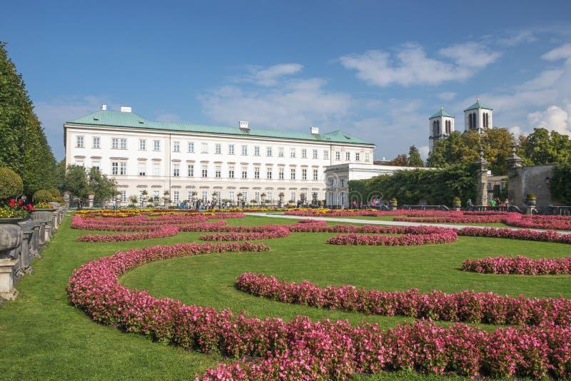 Il giardino di Mirabell con il palazzo fotografia stock libera da diritti