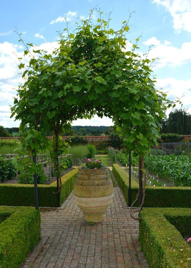 Il giardino murato della proprietà del paese gazebo della pianta, grande vaso ornamentale fotografia stock libera da diritti