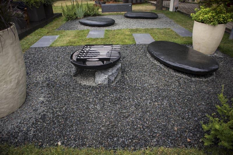 Il giardino stile giapponese con i grandi massi con la griglia del barbecue fotografia stock libera da diritti