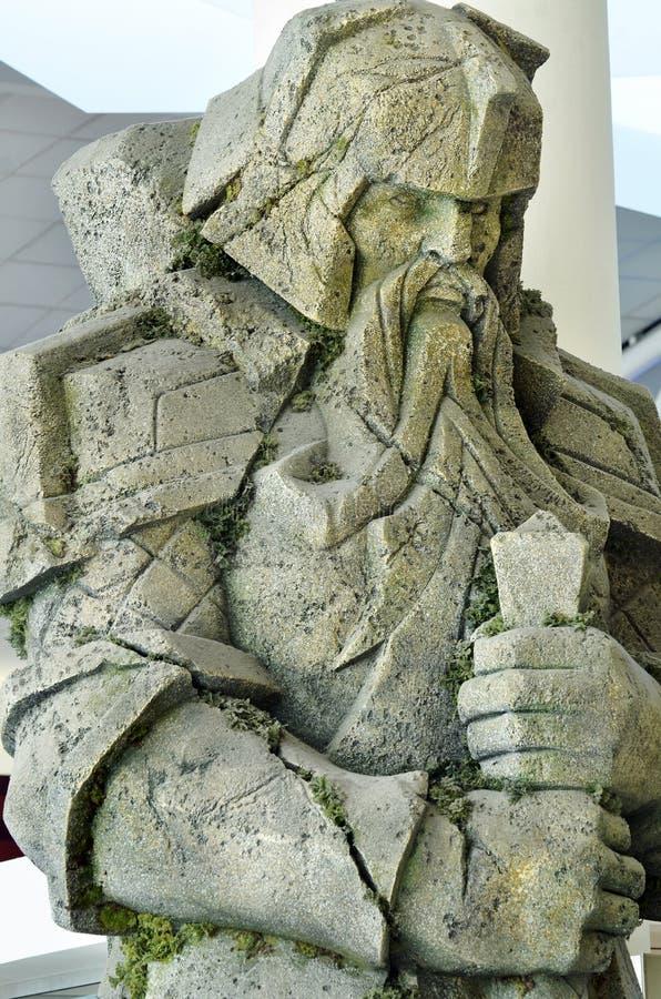 Il gigante del primo piano ha scolpito il nano di pietra dall'insieme Lord Rings all'aeroporto di Auckland fotografia stock libera da diritti