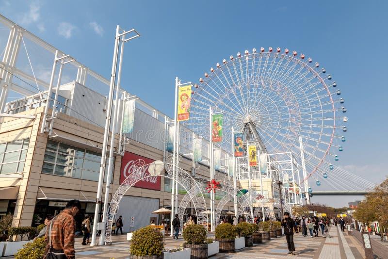 Il gigante Ferris Wheel di Tempozan è situato accanto ad Osaka Aquarium Kaiyukan La ruota ha un'altezza di 112 È considerato il s fotografia stock