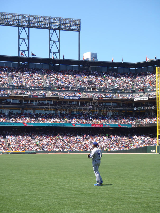 Il giocatore dell'area outfield Garret Anderson si leva in piedi nell'outfield fotografia stock