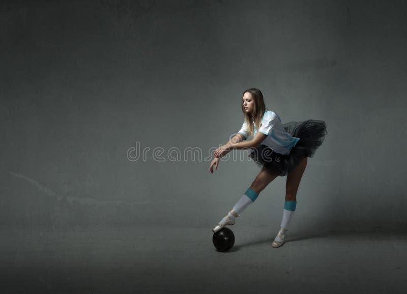 Download Il Giocatore Di Football Americano Con La Palla Gradisce Un Ballerino Immagine Stock - Immagine di attraente, bello: 56879849