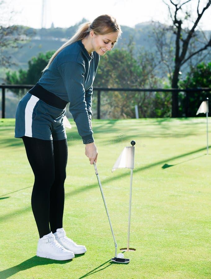 Il giocatore di golf positivo è pronto per gioco al campo da golf fotografia stock