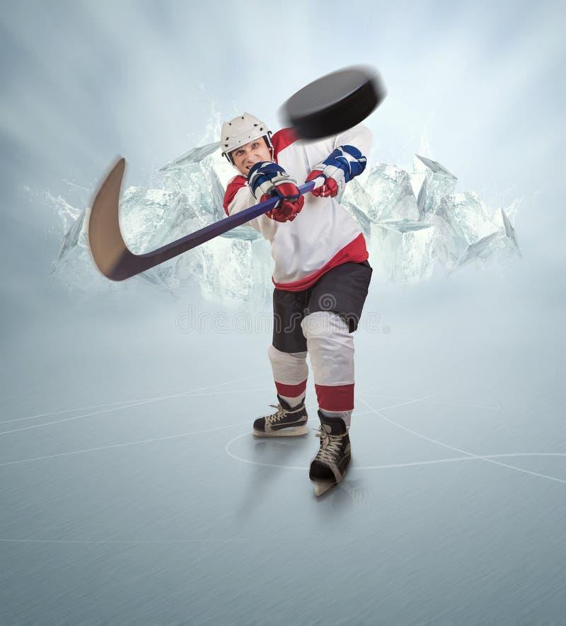 Il giocatore di hockey dà il passaggio potente immagini stock libere da diritti
