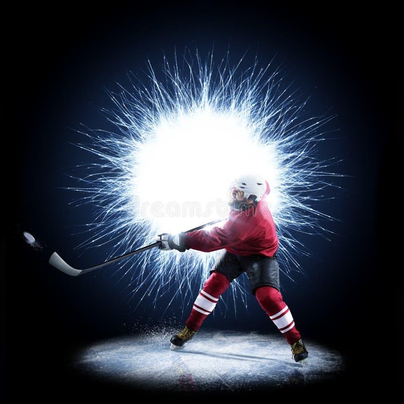 Il giocatore di hockey su ghiaccio sta pattinando su un fondo astratto immagini stock libere da diritti