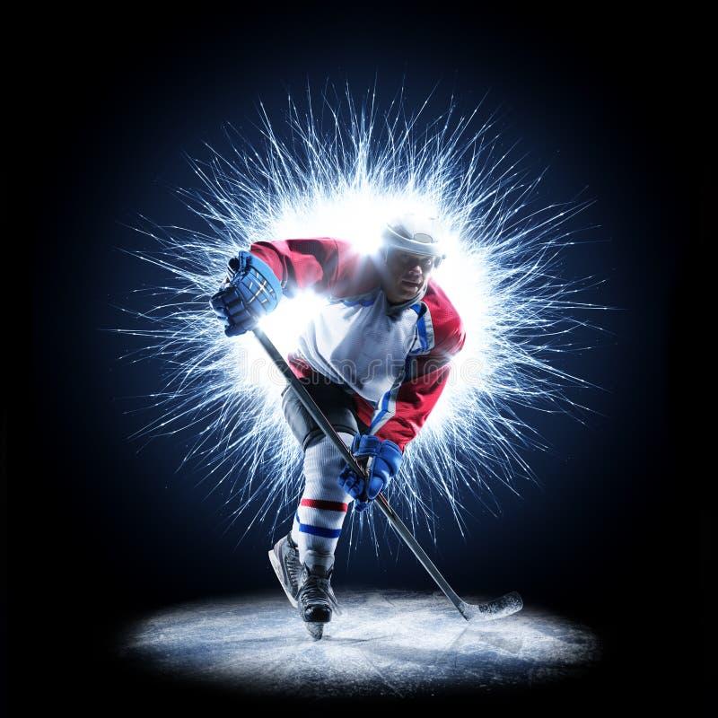 Il giocatore di hockey su ghiaccio sta pattinando su un fondo astratto fotografie stock