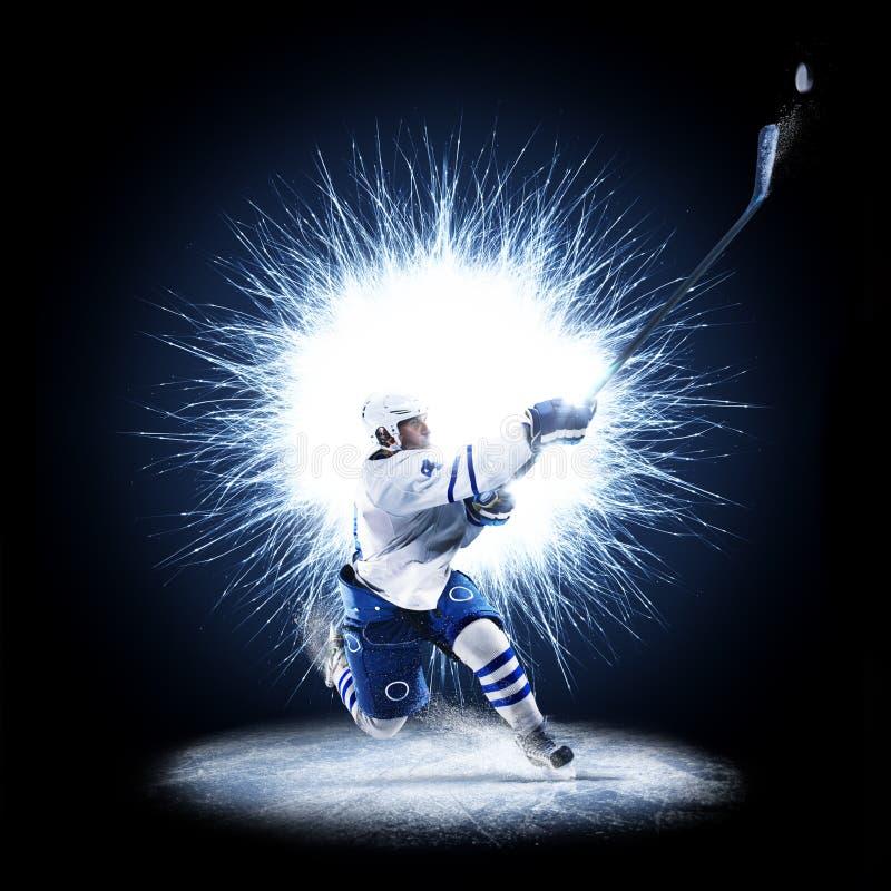 Il giocatore di hockey su ghiaccio sta pattinando su un fondo astratto fotografia stock libera da diritti