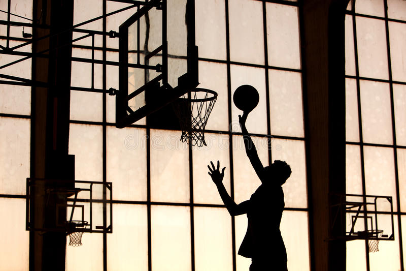 Il giocatore di pallacanestro lo sbatte immagine stock