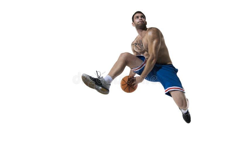Il giocatore di pallacanestro professionista salta con la palla su bianco isolata fotografie stock libere da diritti