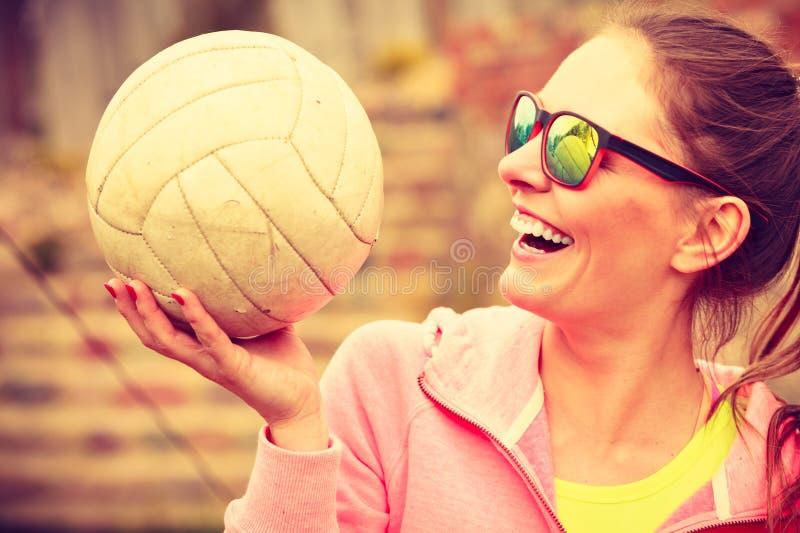 Il giocatore di pallavolo della donna giudica la palla all'aperto immagine stock libera da diritti