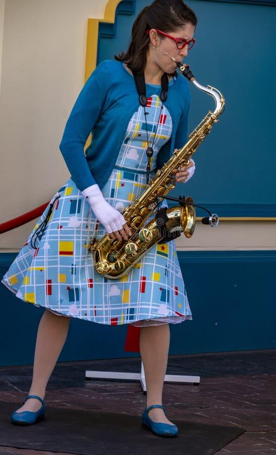 Il giocatore di sassofono della donna intrattiene gli ospiti all'avventura della California di Disney immagine stock libera da diritti