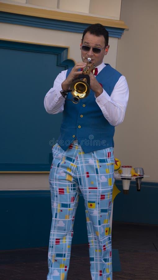 Il giocatore di tromba intrattiene gli ospiti all'avventura della California di Disney fotografia stock libera da diritti
