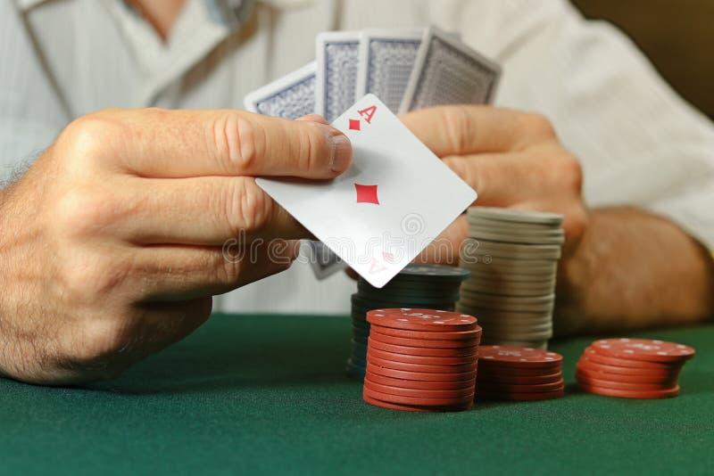 Il giocatore gioca il poker in casinò fotografia stock