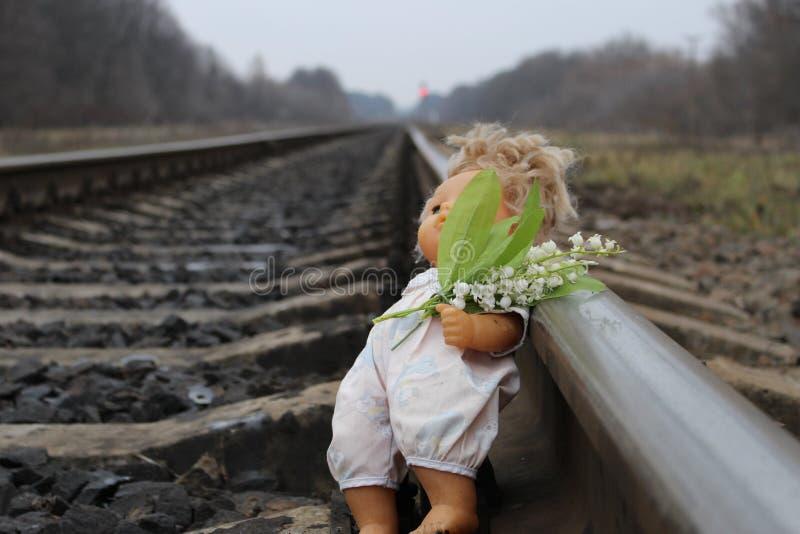 Il giocattolo del ` s dei bambini si trova sulle rotaie del treno fotografia stock libera da diritti