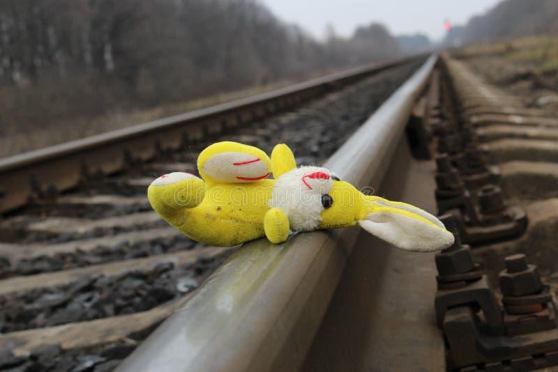 Il giocattolo del ` s dei bambini si trova sulle rotaie del treno fotografie stock