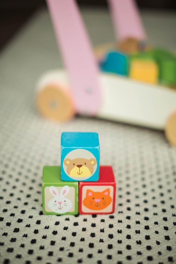 Il giocattolo educativo dei bambini ha colorato i cubi di legno fotografia stock libera da diritti