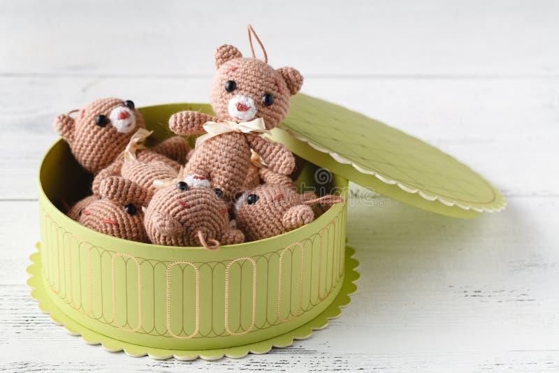Il giocattolo ha tricottato l'orso con la scatola del gigt sulla tavola fotografia stock