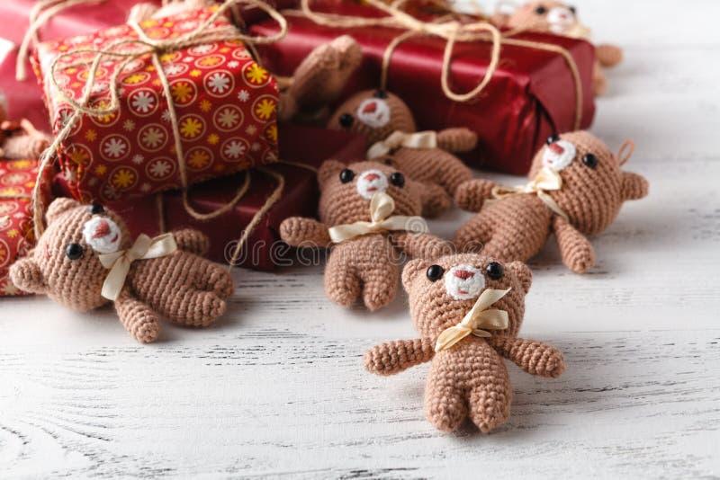 Il giocattolo ha tricottato l'orso con la scatola del gigt sulla tavola fotografia stock libera da diritti