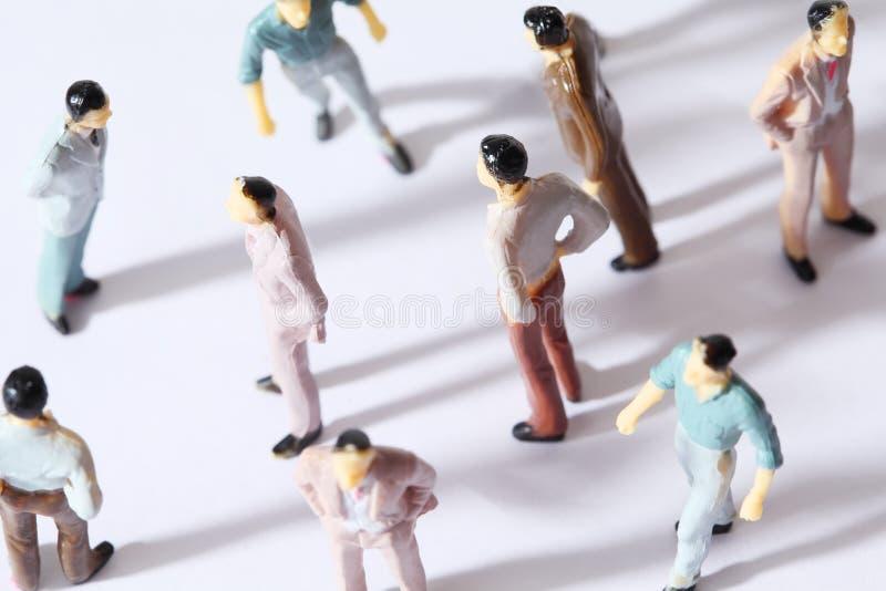 Il giocattolo miniatura multicolore equipaggia il basamento immagini stock libere da diritti