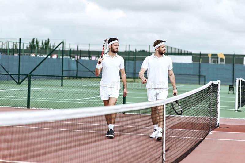 Il gioco comincerà Gli amici stanno andando giocar a tennise immagine stock