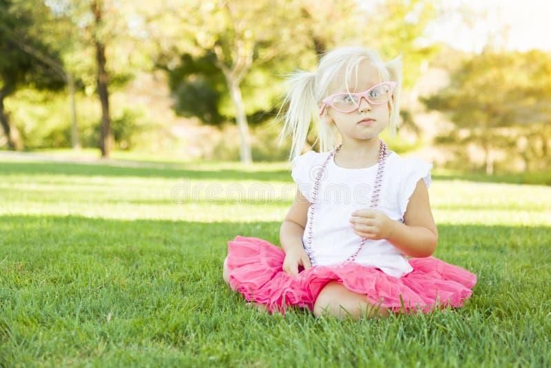 Il gioco della bambina si agghinda con i vetri e la collana rosa fotografie stock