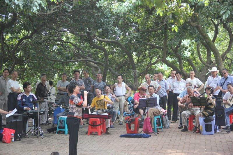 Il gioco della banda anziana nel parco di SHENZHEN SIHAI immagini stock libere da diritti