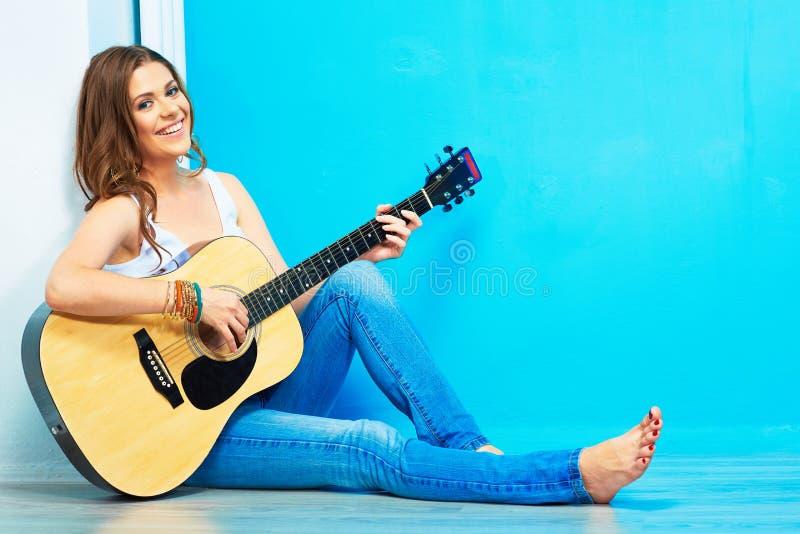 Il gioco della chitarra della ragazza e canta fotografia stock libera da diritti