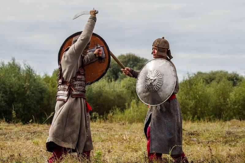 Il gioco di ruolo ricrea le battaglie del giogo Mongoloide-tartaro nella regione di Kaluga di Russia il 10 settembre 2016 immagine stock libera da diritti