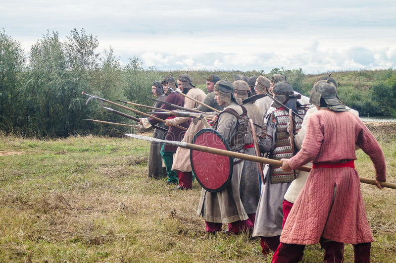 Il gioco di ruolo ricrea le battaglie del giogo Mongoloide-tartaro nella regione di Kaluga di Russia il 10 settembre 2016 fotografie stock libere da diritti