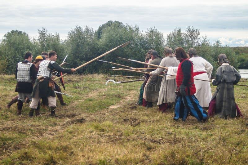 Il gioco di ruolo ricrea le battaglie del giogo Mongoloide-tartaro nella regione di Kaluga di Russia il 10 settembre 2016 fotografia stock libera da diritti