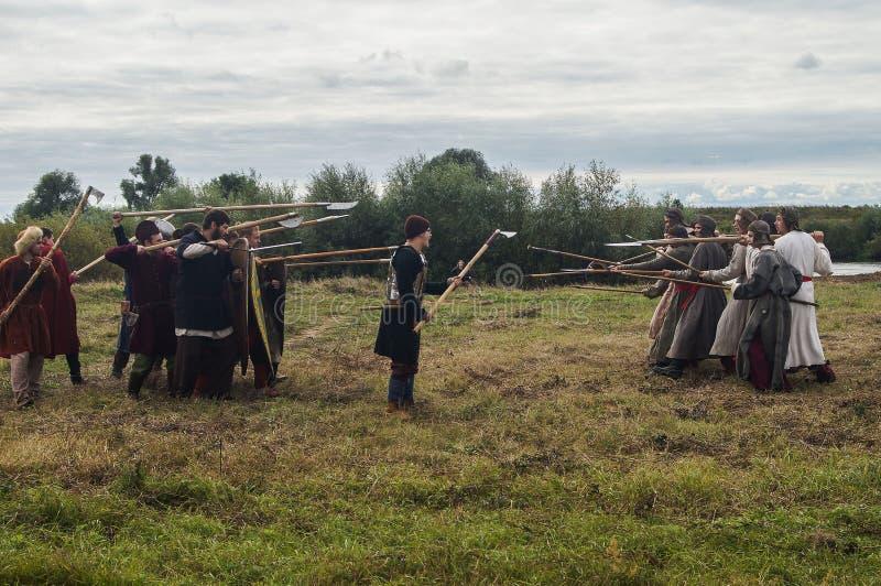 Il gioco di ruolo ricrea le battaglie del giogo Mongoloide-tartaro nella regione di Kaluga di Russia il 10 settembre 2016 fotografia stock