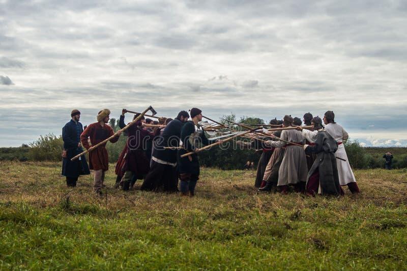 Il gioco di ruolo ricrea le battaglie del giogo Mongoloide-tartaro nella regione di Kaluga di Russia il 10 settembre 2016 immagine stock