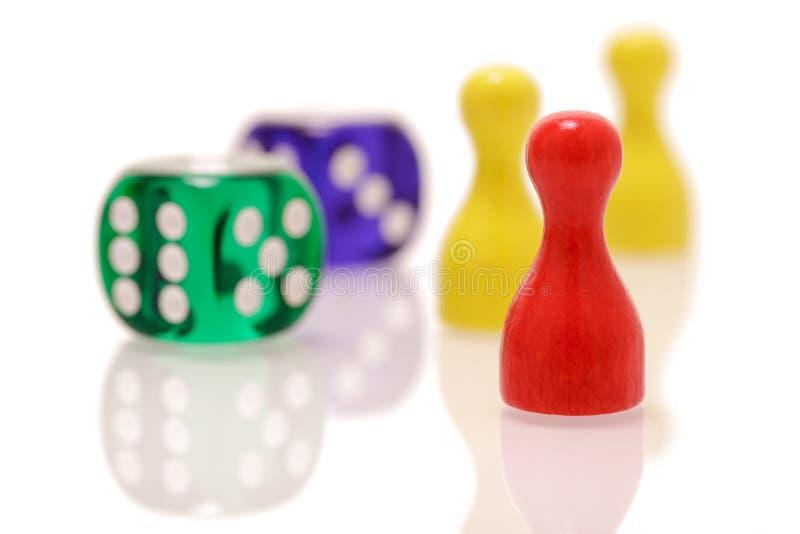 Il gioco taglia e figure di legno isolate su fondo bianco Concetto dei giochi, di spettacolo e di fortuna immagine stock libera da diritti