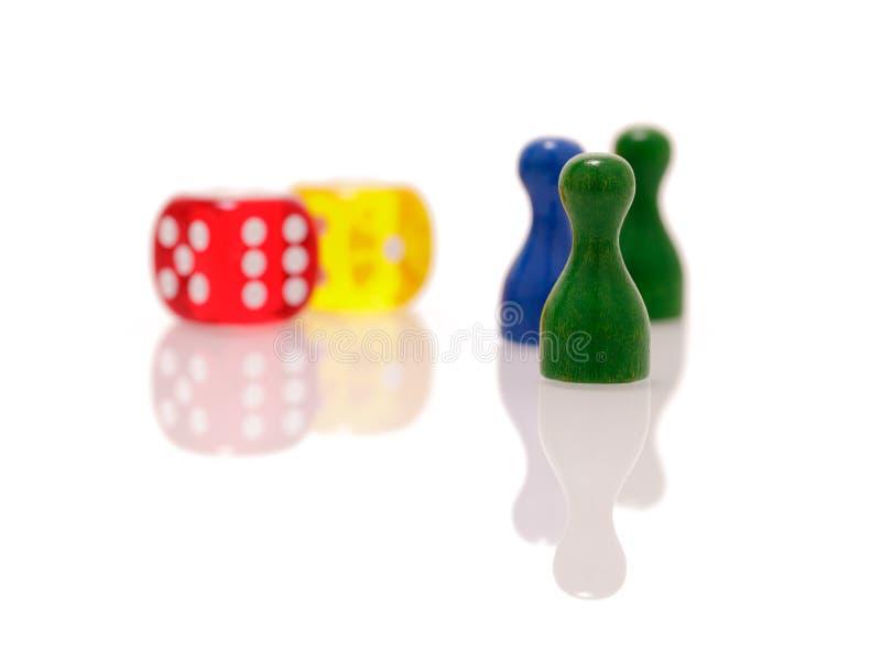 Il gioco taglia e figure di legno isolate su fondo bianco Concetto dei giochi, di spettacolo e di fortuna immagini stock