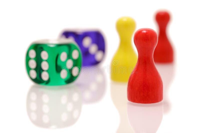 Il gioco taglia e figure di legno isolate su fondo bianco Concetto dei giochi, di spettacolo e di fortuna fotografia stock libera da diritti