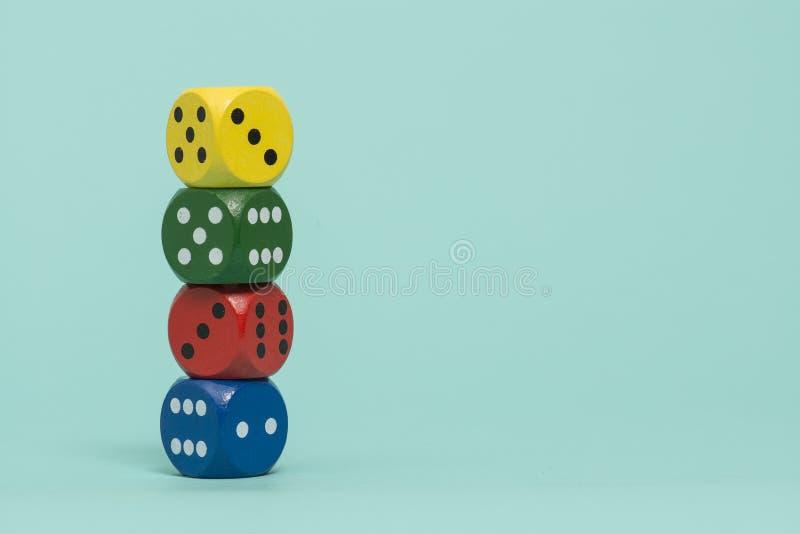 Il gioco variopinto taglia impilato su un fondo del blu di turchese immagine stock