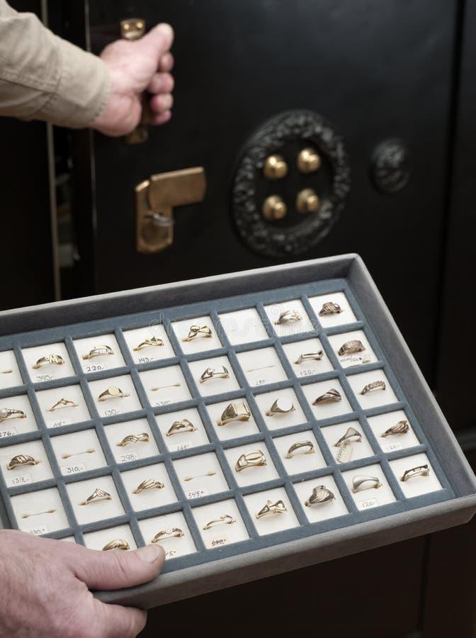 Il gioielliere apre la cassaforte immagine stock libera da diritti
